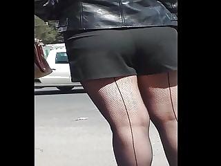 2 culitos esperando el bus